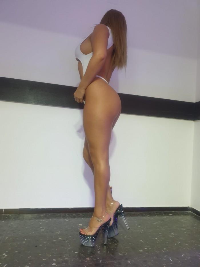 VANESSA BELLA Y COMPLACIENTE LATINA